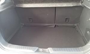 トランクは残念ながら小さめです。Lサイズのスーツケース1個ですね。