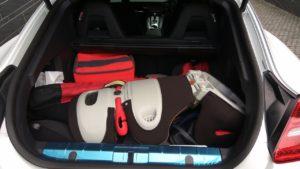 トランクにはゴルフバッグとチャイルドシートが入っていました。金持ちにも生活感はあって安心しましたw