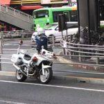 白バイが交差点内に停車しているのは、どう考えても違法である
